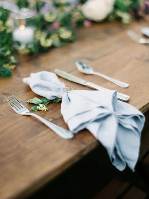 pliage serviette mariage table en bois et banc