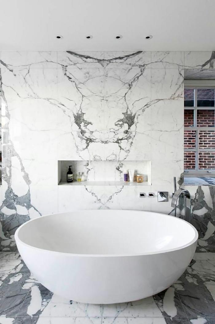 salle de bain avec baignoire sol marbre