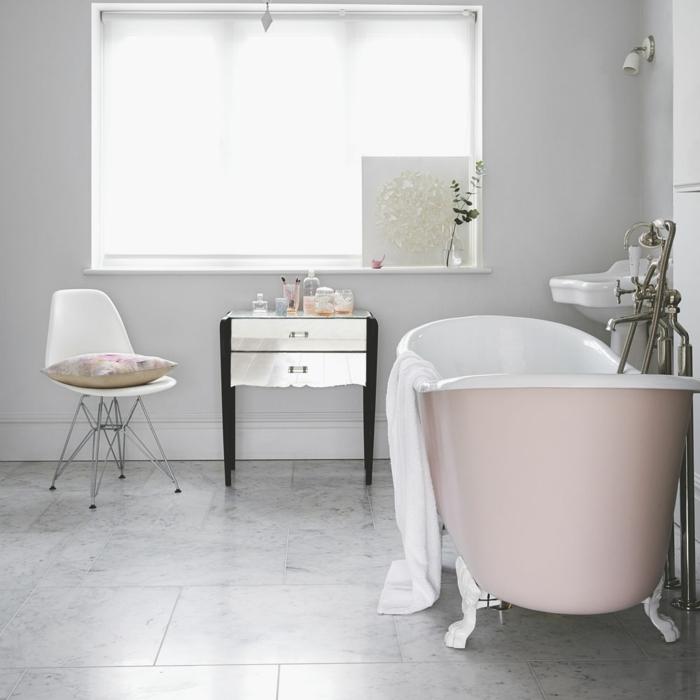 salle de bain grise baignoire rose sol marbre