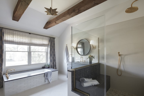 salle de bains avec suites baignoire près de la fenêtre