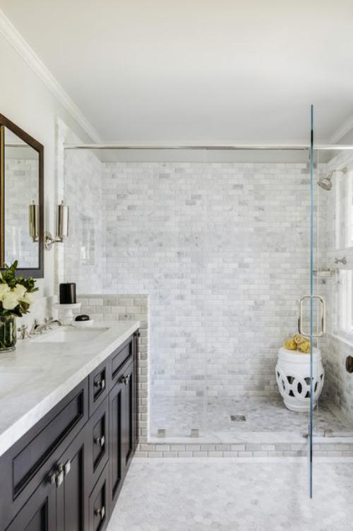 salle de bains avec suites briques grises