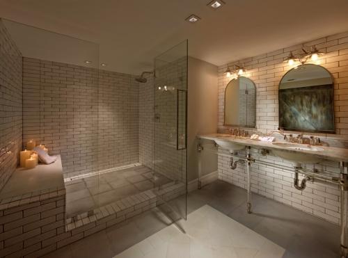 salle de bains avec suites briques roses