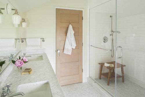 salle de bains avec suites tabouret en bois