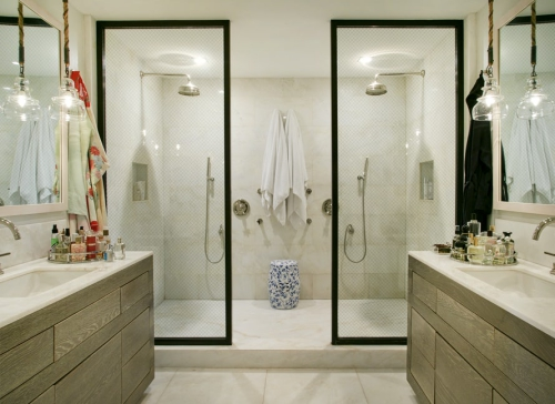 salle de bains avec suites une cabine à deux douches