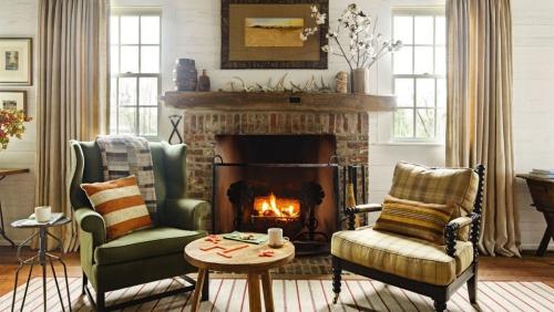 salon confortable cheminée au centre