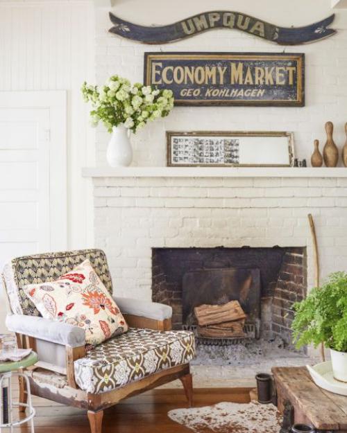 salon confortable cheminée en briques