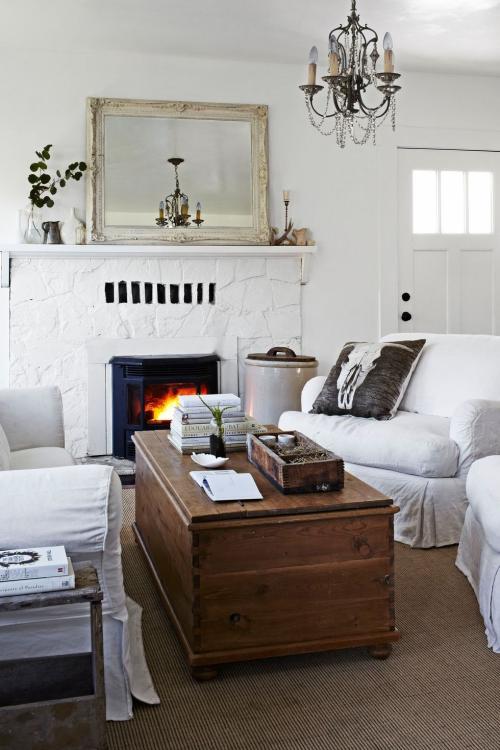 salon confortable deux canapés en couvertures blanches
