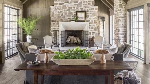 salon confortable murs en pierres et en bois