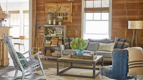 salon confortable panneaux de bois