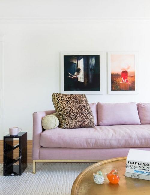salon couleurs pastel tableaux au mur