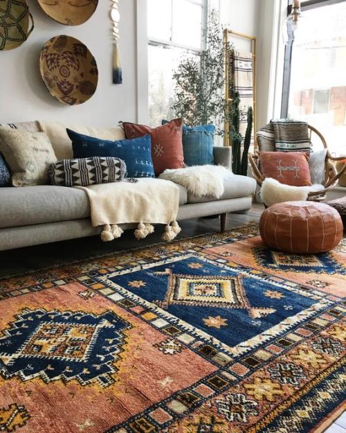tapis marocain mur décoré d'objets d'art africain