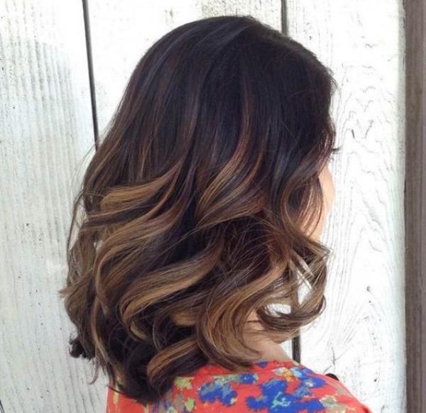 balayage pour brune les cheveux tombent libres