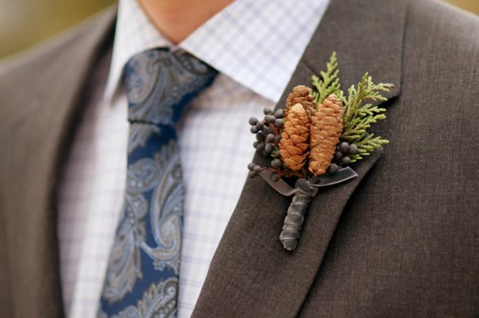 boutonnière mariage création avec des pommes de pin