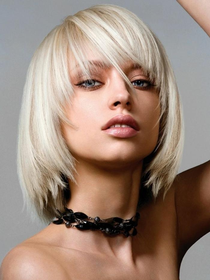 carré dégradé cheveux lisses avec frange