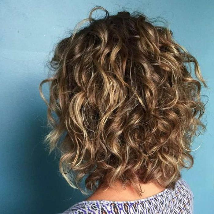 carré dégradé femme cheveux bouclés