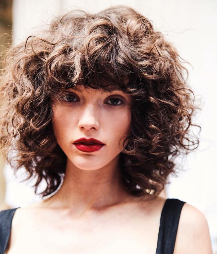 cheveux bouclés femme carré dégradé