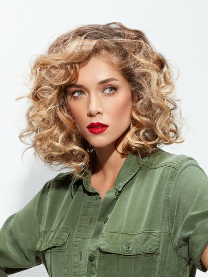 cheveux bouclés idée carré dégradé coupe moderne