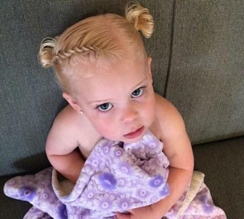 coiffure bébé fille mèche torsadée et mini-chignons