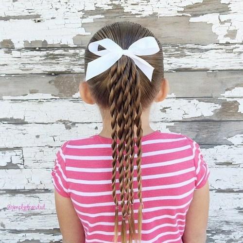 coiffure bébé fille queue de cheval mèches torsadées