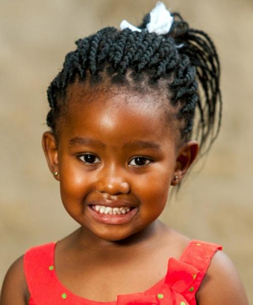 coiffure bébé fille tresses africaines et queue de cheval