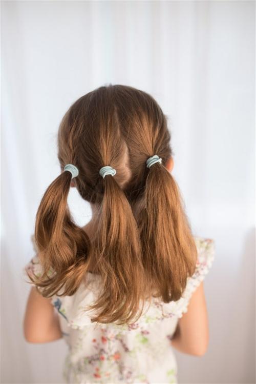 coiffure bébé fille trois queues de cheval