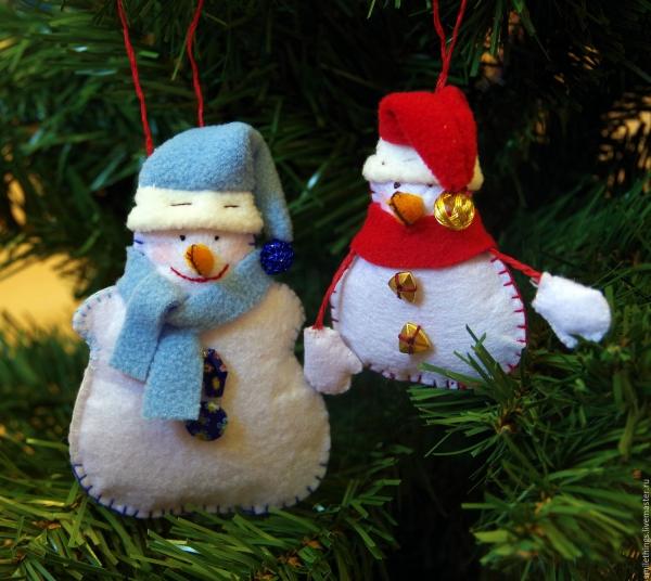 déco Noël à fabriquer en tissu bonhommes accrochés
