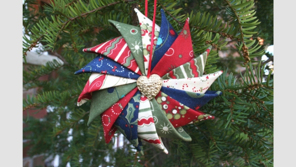 déco Noël à fabriquer en tissu une étoile multicolore