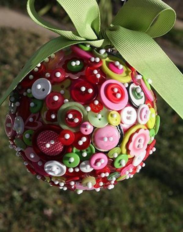 déco Noël à fabriquer en tissu une boule multicolore