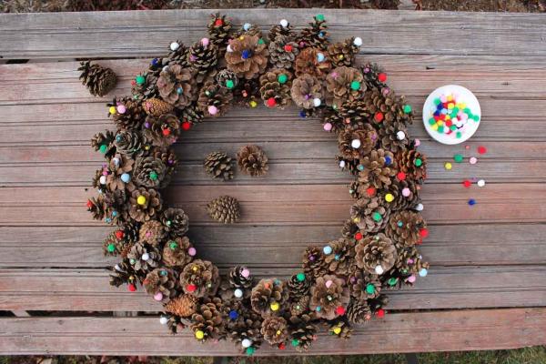 déco Noël pomme de pin petites boules multicolores