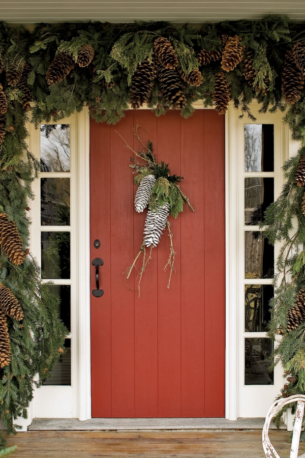 déco Noël pomme de pin porte décorée