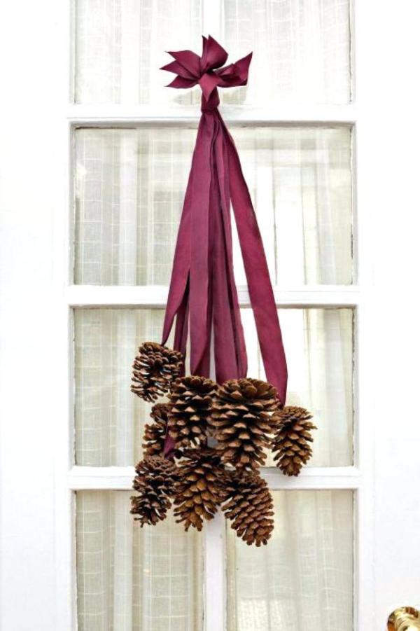 déco Noël pomme de pin une porte décorée