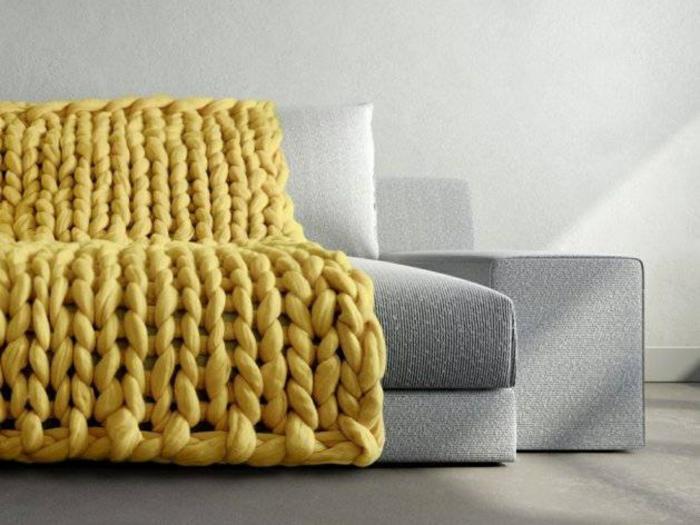 déco canapé avec un plaid grosse maille