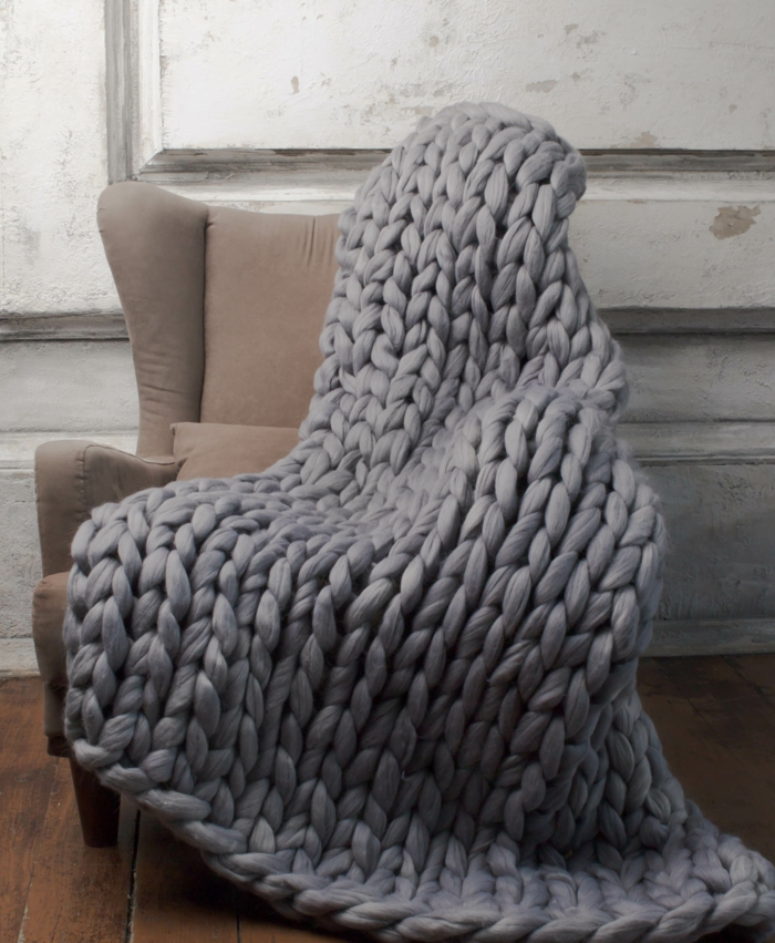 déco fauteuil avec un plaid grosse maille