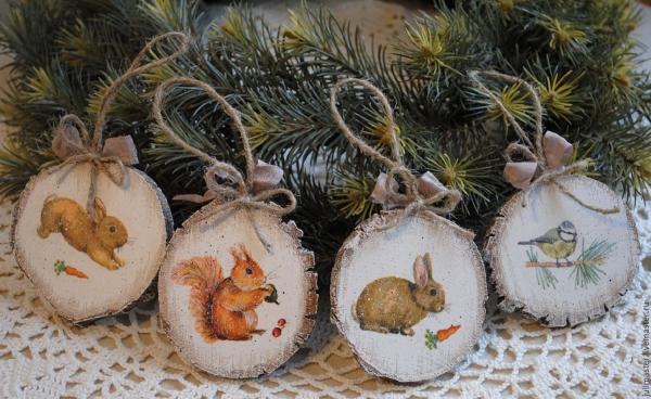décoration Noël à fabriquer en bois rondelles en bois peintes en blanc