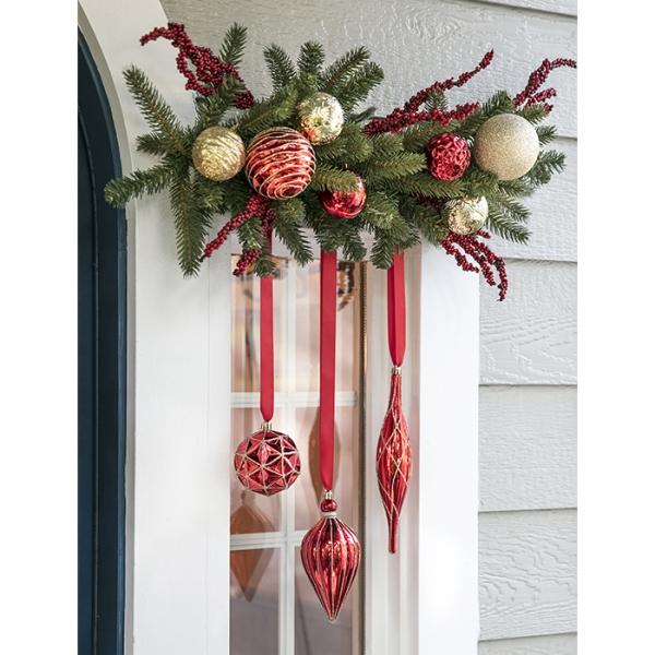 décoration de Noël fenêtre boules et cônes pendent du plafond
