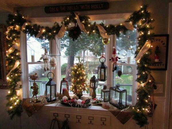 décoration de Noël fenêtre guirlande verte et lumineuse