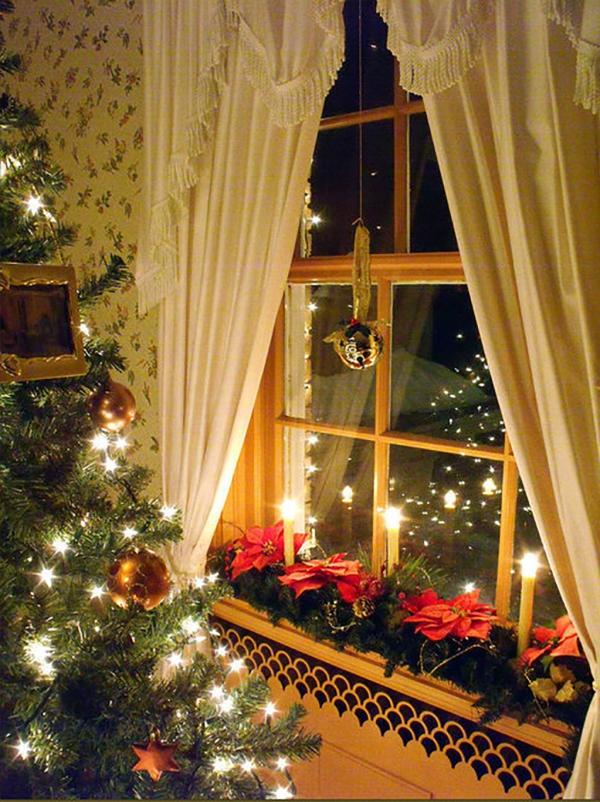 décoration de Noël fenêtre le sapin est près de la fenêtre