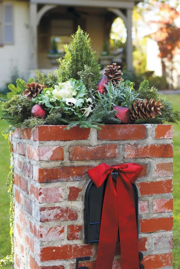 décoration de noël extérieur boîte aux lettres en briques bouquets d'hiver