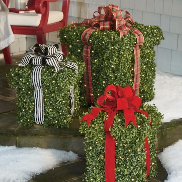 décoration de noël extérieur boîtes cadeaux verdure
