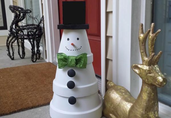 décoration de noël extérieur bonhomme de neige en pots de plantes