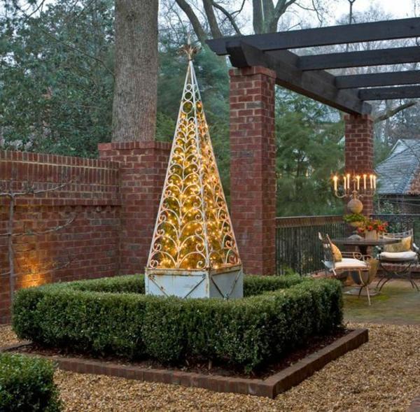 décoration de noël extérieur cour arrière structure en forme de clocher remplie de lumières scintillantes