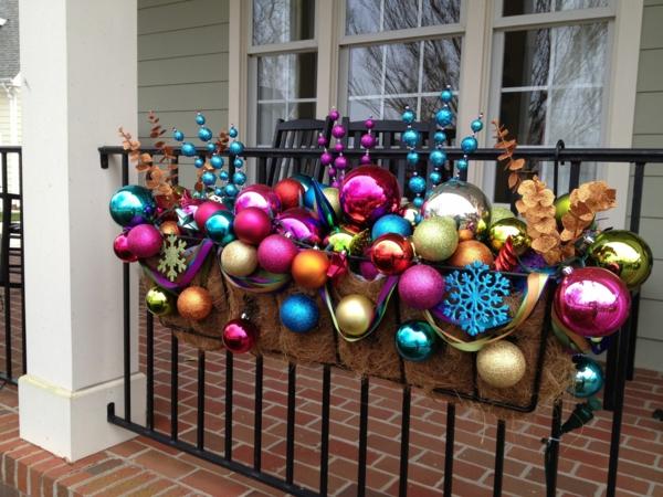 décoration de noël extérieur jardinière pleine d'ornements de noël