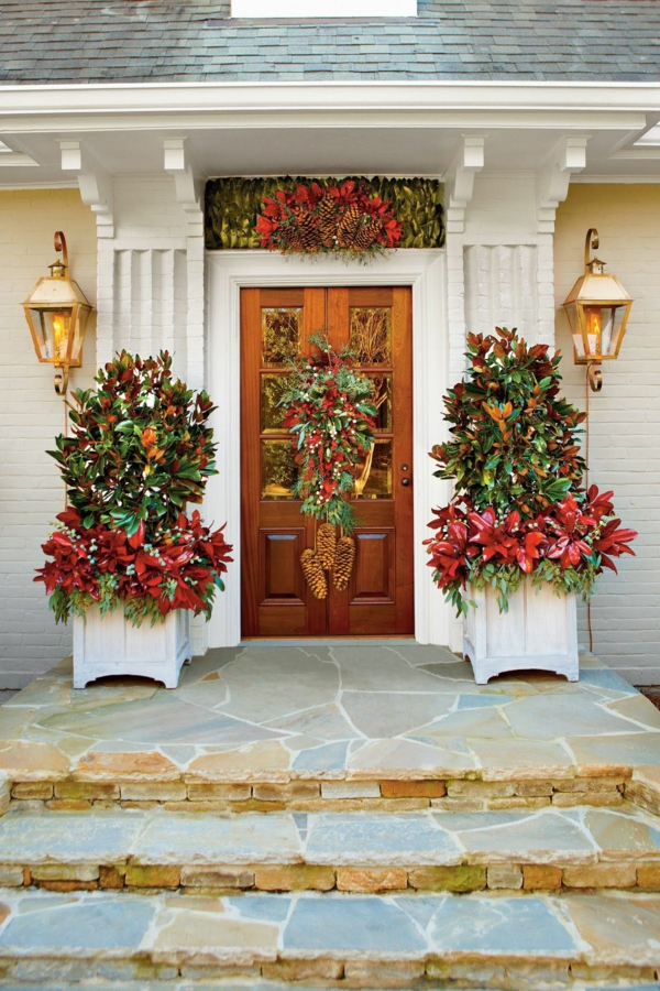 décoration de noël extérieur jardinières branches de magnolia peintes à la bombe brins d'eucalyptus ensemencés