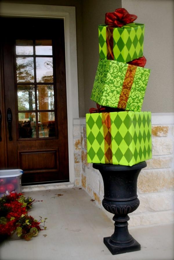 décoration de noël extérieur pile de cadeaux