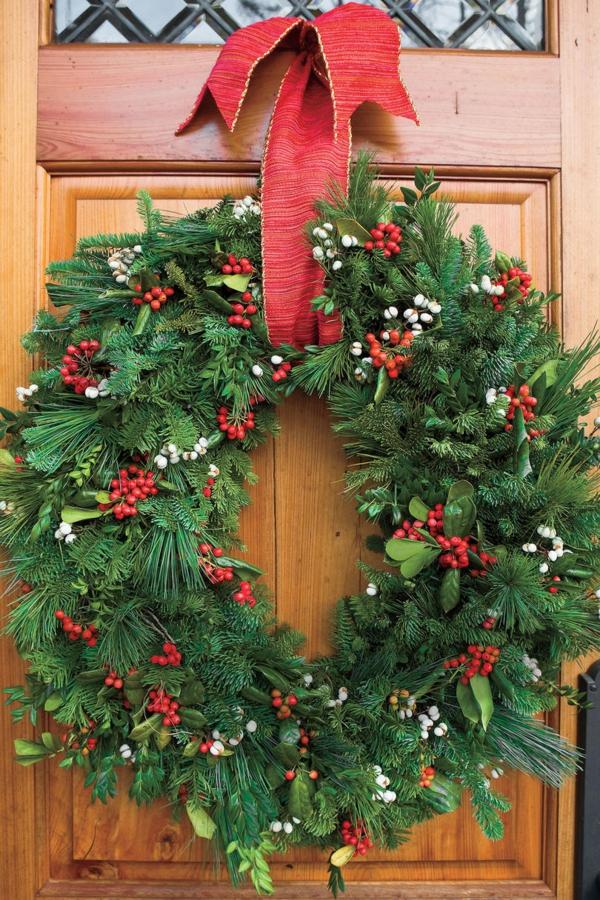 décoration de noël extérieur porte d'entrée couronne de noël fleurs saisonnières poinsettias verts de Kew