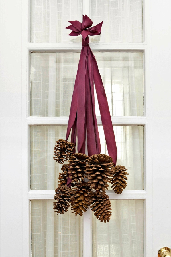 décoration de noël extérieur porte pommes de pin