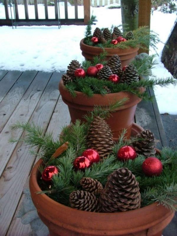 décoration de noël extérieur pots de plantes pleins de pommes de pin