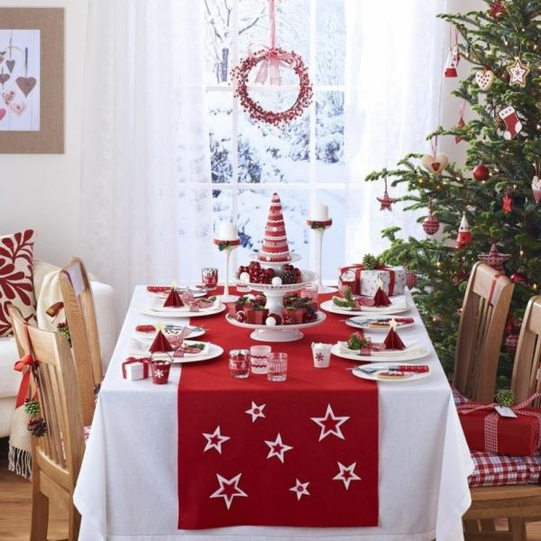 décoration de table Noël nappe blanche avec un tissu rouge
