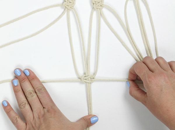 diy suspension macramé deuxième rangée de noeuds