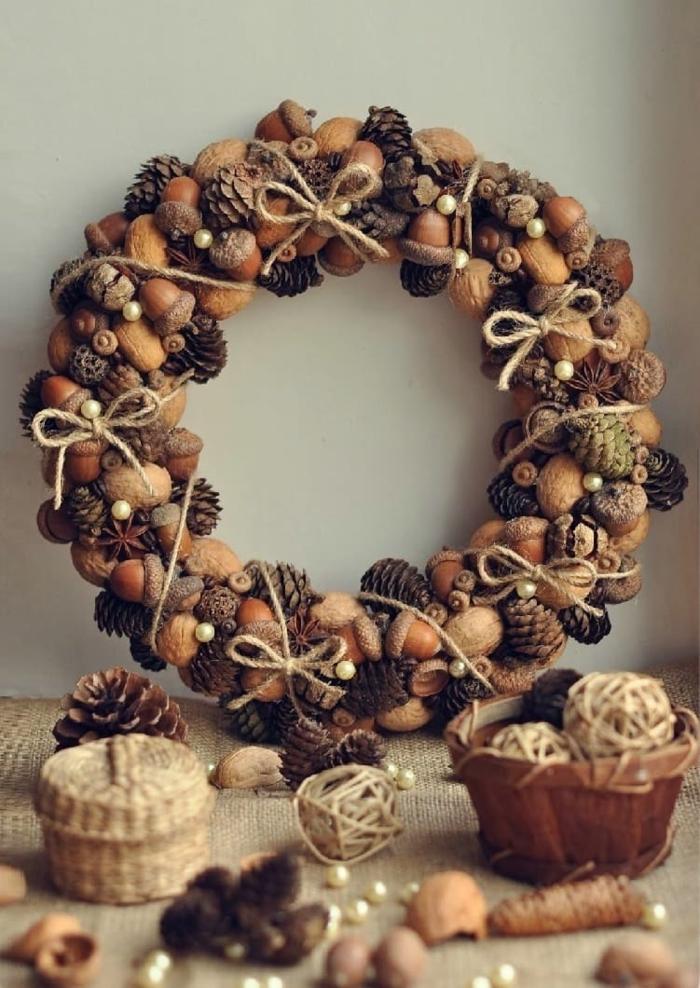 diy une belle couronne idée création avec des pommes de pin
